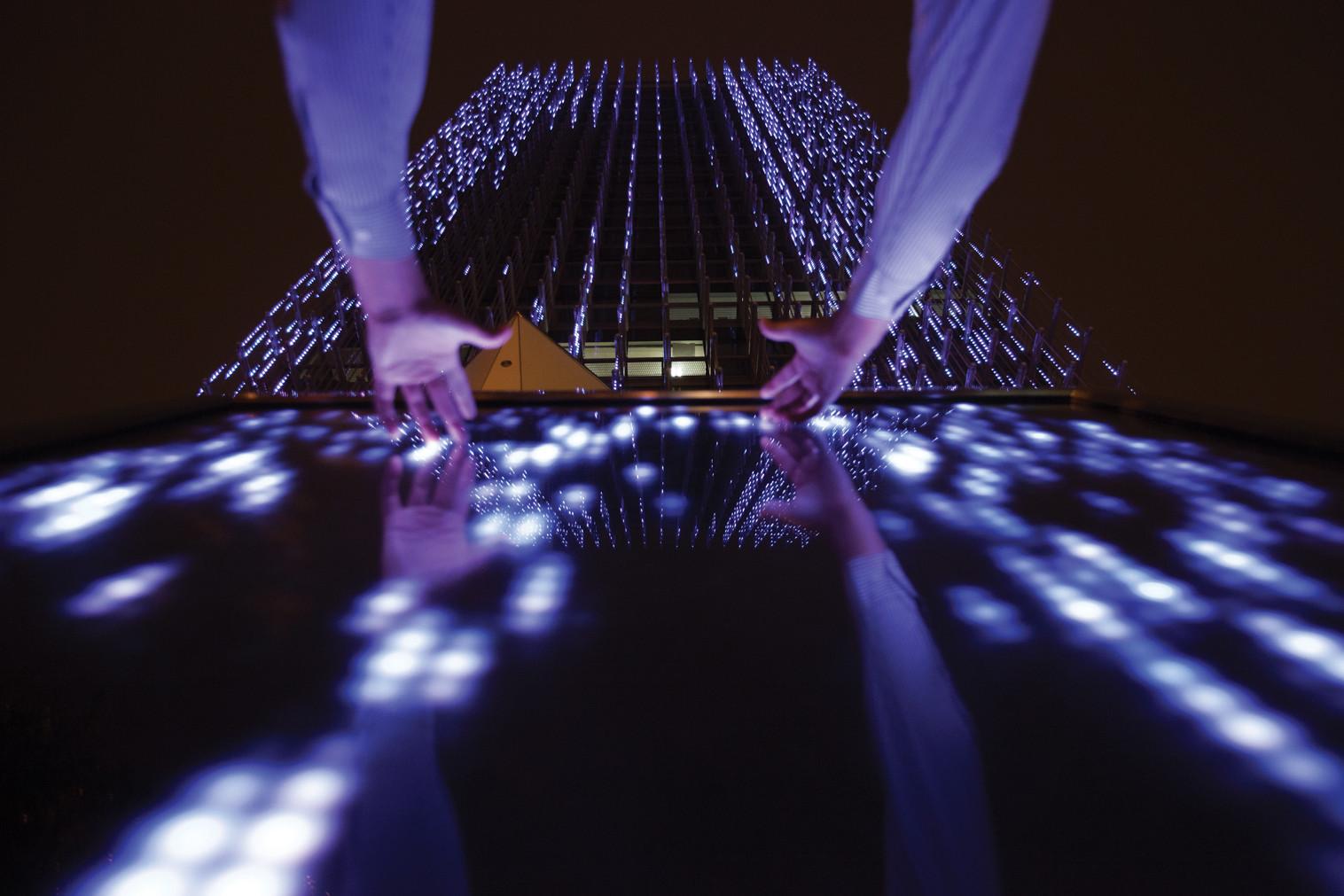 Affinity instalación de Arte Interactiva - BCP Building, Perú; por Claudia Paz. Image Cortesia de Lamp Lighting