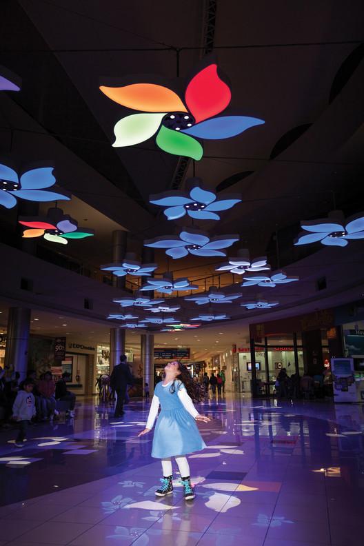 Light Garden (instalación interactiva en el CC Plaza Norte), Perú; por Claudia Paz. Image Cortesia de Lamp Lighting