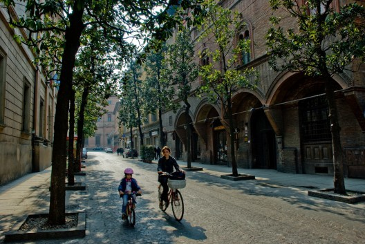 """""""Happy Bike, pedaleando hacia la felicidad"""": la bicicleta como un medio de transformación urbana, © Bolonia, Italia. © bartb_pt, vía Flickr."""