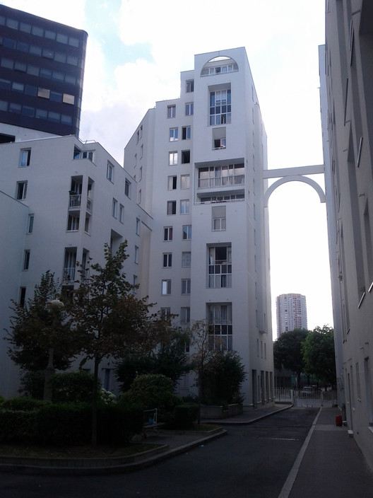 Les Hautes-Forms apartments, Paris. Image © <a href='https://commons.wikimedia.org/wiki/File:Hautes_Formes_Immeuble_hlm_paris_13.jpg'>Wikimedia user Julienfr112</a> licensed under <a href='https://creativecommons.org/licenses/by-sa/3.0/deed.en'>CC BY-SA 3.0</a>