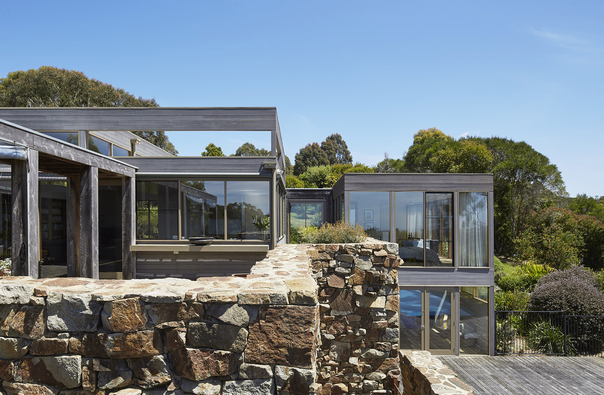 Whitehall Road Residence / B.E ARCHITECTURE, © Peter Clarke