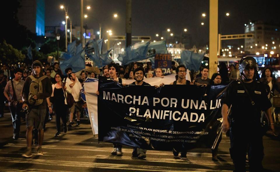 Estudiantes de arquitectura marchando el pasado 08 de mayo. Image vía Unión de Estudiantes de Arquitectura de Lima [Facebook]