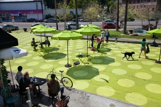 """Los planes con que EE.UU. le está quitando espacios a los autos para crear lugares públicos, """"People Street"""", Los Ángeles. © ladotpeoplest, vía Flickr.. Used under <a href='https://creativecommons.org/licenses/by-sa/2.0/'>Creative Commons</a>"""
