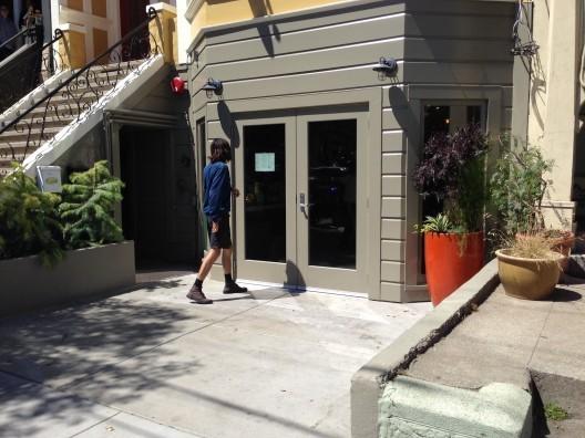 Frontis de Reveiville Café antes de ser intervenido. Fuente: Streets Blog.. Image Cortesia de PURB