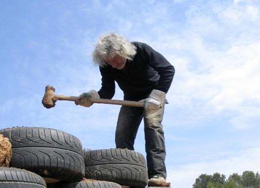 Michael Reynolds construirá escuela pública sustentable en Uruguay, © Documental 'Garbage Warrior'