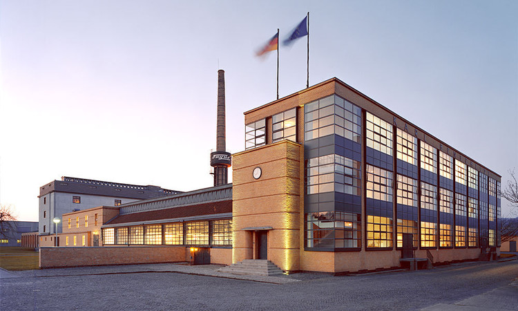 Fagus Factory, 1911. Image © Carsten Janssen <a href='https://commons.wikimedia.org/wiki/File:Fagus_Gropius_Hauptgebaeude_200705_wiki_front.jpg'>via Wikimedia</a> licensed under <a href='https://creativecommons.org/licenses/by-sa/2.0/de/deed.en'>CC-BY-SA-2.0-DE</a>