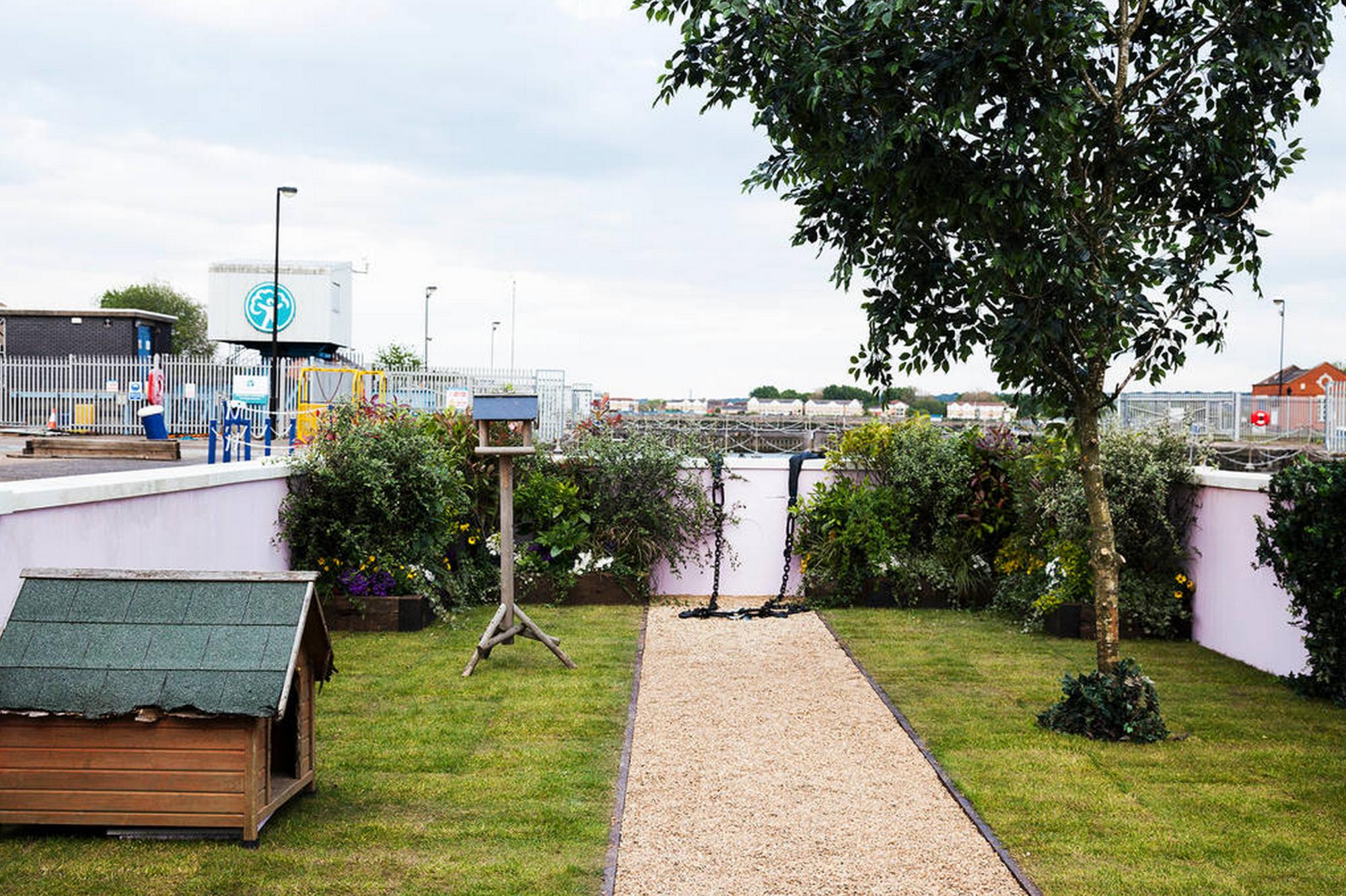 El jardín cuenta con una perrera, una pileta para pájaros y un manzano. Imagen cortesía de Airbnb