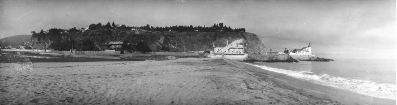 Desembocadura del estero Marga-Marga, hacia el cerro Castillo; al fondo la casa Mackenna Subercaseaux. Image vía Colección del Museo Histórico Nacional