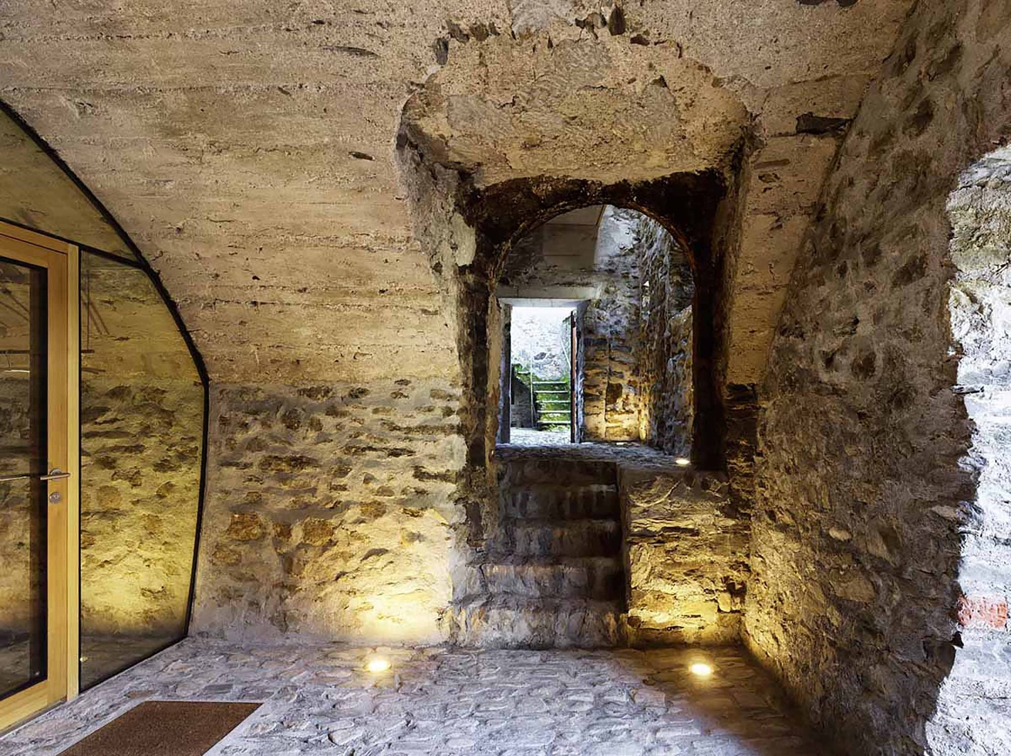 Conversion of a stone house in the Scaiano village centre. Imagen © Hannes Henz