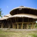 Green School en Bali. Imagen cortesía de PT Bambu