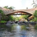 Puente de bambú de Elora Hardy. Imagen cortesía de PT Bambu