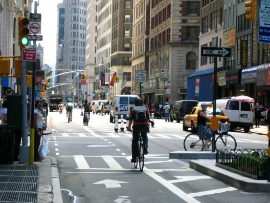 Construir ciclovías genera más empleos que crear infraestructura para automóviles, © Design for Health. Image vía Flickr