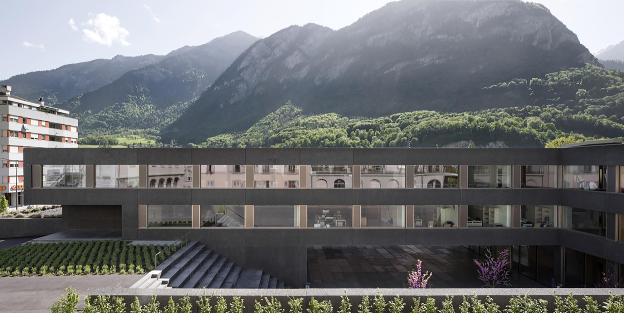 Escuela en Saint-Maurice / Graeme Mann & Patricia Capua Mann, © Yves André