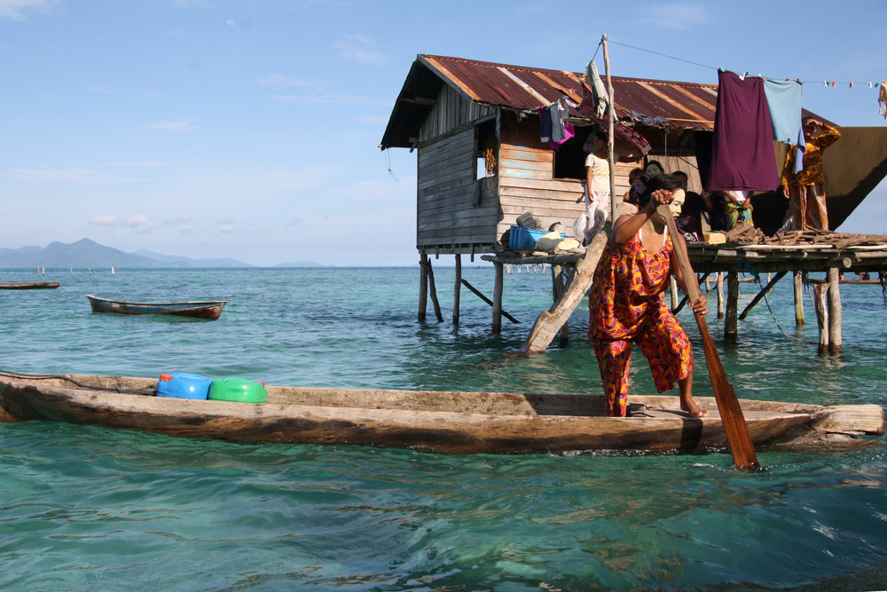 Mujer badjao remando un bote Imagen © Dolly MJ via Shutterstock