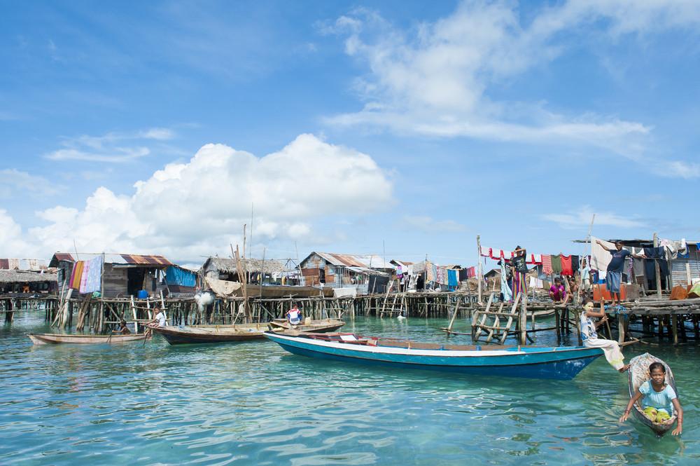 Comunidad badjao en el mar. Imagen © idome via Shutterstock