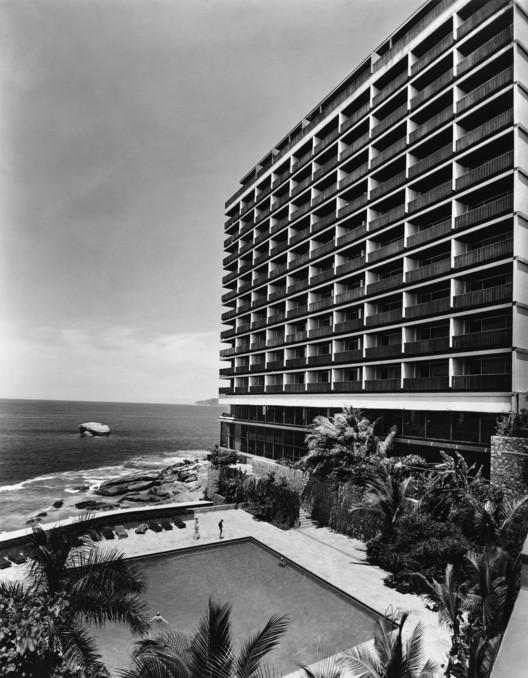 PRESIDENTE ACAPULCO (1959). JUAN SORDO MADALENO. Impresión B/N . Image © Sordo Madaleno Arquitectos, fotografía por Guillermo Zamora