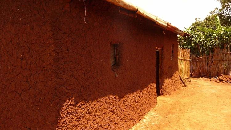 Ruanda: muro recientemente refozado. Imagen © Philip Poduie