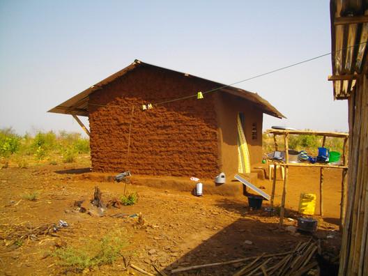 Sudán del Sur: casa construida con paredes de barro. Imagen © Fernando Nestor Murillo