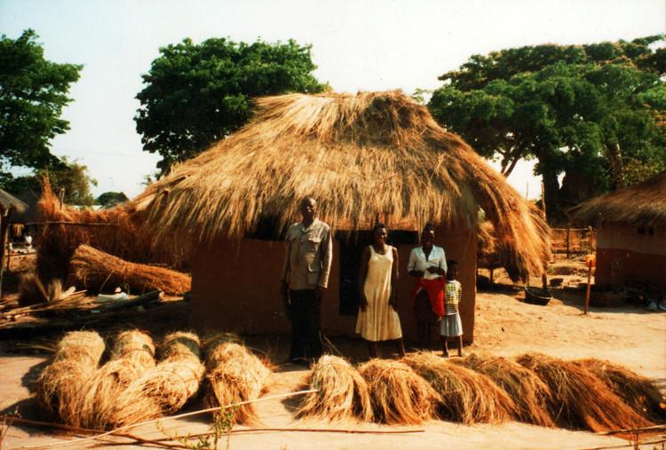 Zambia:paja almacenada en paquetes para la cubierta. Imagen © Jon Sojkowski via Zambia Architecture