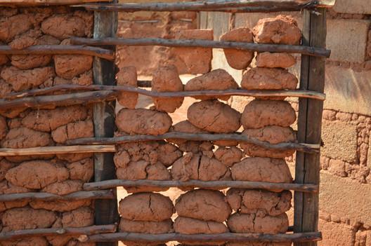 Suazilandia: muro construido a partir de un marco de madera con rocas. Imagen © Jon Sojkowski via Swaziland Architecture