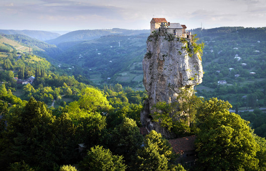 Katskhi Pillar en Georgia. Imagen © Amos Chapple