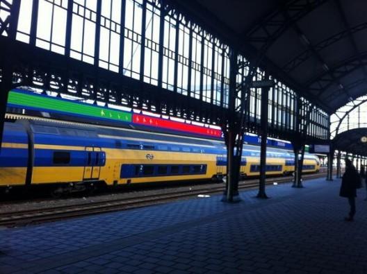 Estación de trenes en Holanda avisa dónde esperar para subir a un vagón desocupado, vía Plataforma Urbana