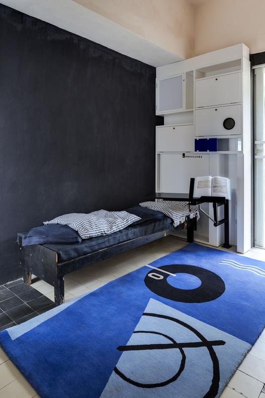Villa E-1027 - Vista de la habitación con el cabecero y el librero restaurado a su estado original. Diseño de Eileen Gray. Imagen © Manuel Bougot