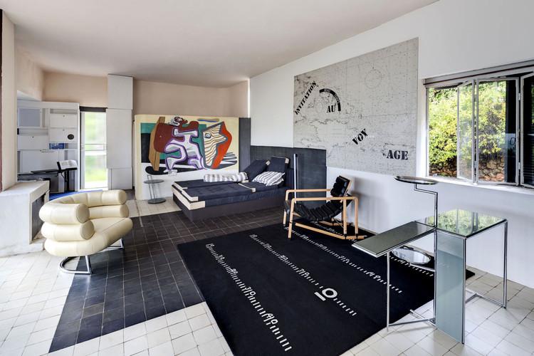 Villa E-1027 - La habitación principal con muebles y tapices por Eileen Gray, con un mural por Le Corbusier. Imagen © Manuel Bougot - FLC/ADAGP