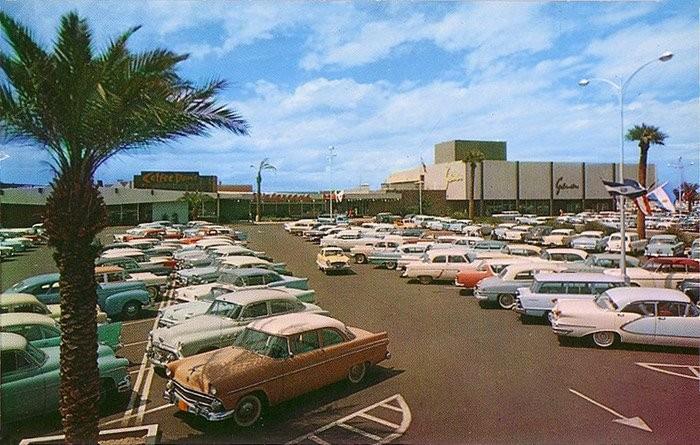 La cultura automovilística de EEUU fomentó la tendencia de centros comerciales suburbanos.. Image vía Malls of America