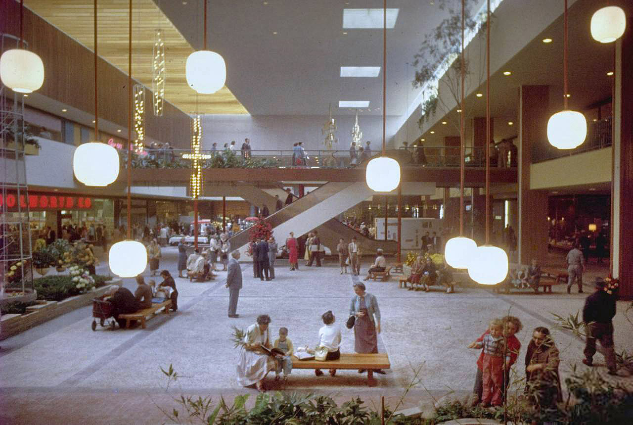 Reinventarse o morir: la transformación de los centros comerciales bajo el nuevo paradigma económico/urbano, Southdale Center Circa, retratado por Grey Villet (Minnesota, Estados Unidos), 1956. Image vía Shorpy