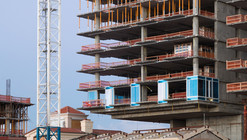 "Richard Meier Tops Out on Florida Beach ""Surf Club"""