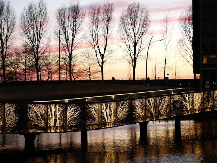 The Undulating Bridge Hoofddorp, Holanda / de Lodewijk Baljon landscape architects e Industrielicht. Image Cortesia de Lamp Lighting