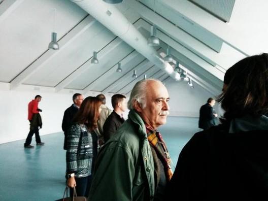 Víctor López Cotelo visitando la nueva sede de la Escuela Técnica Superior de Arquitectura de Granada. Image vía DIKA estudio [Twitter]