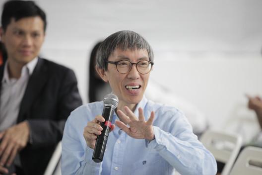 Rocco Yim fala na conferência Alternatives for Low Carbon City Architecture and Life Forum. Imagem Cortesia de Shenzhen Design Center