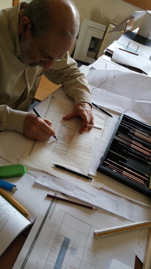 Álvaro Siza diseñando el 611 West 56th Street. Imagen cortesía de Álvaro Siza