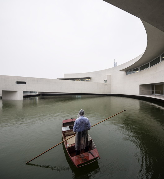 The Building on the Water. Image © Fernando Guerra |  FG+SG