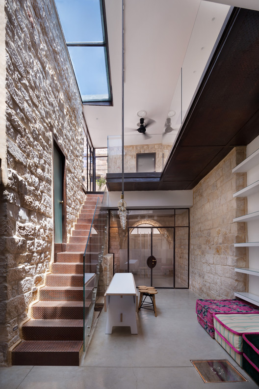 Casa Vertical de Piedra / HENKIN SHAVIT Architecture & Design, © Asaf pinchuk