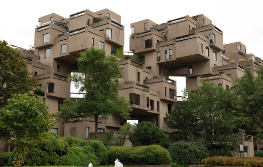 Habitat 67. Image © <a href='https://commons.wikimedia.org/wiki/File:Montreal_-_QC_-_Habitat67.jpg'>Wikimedia user Wladyslaw (taxiarchos228)</a> licensed under <a href='https://creativecommons.org/licenses/by-sa/3.0/deed.en'>CC BY-SA 3.0</a>