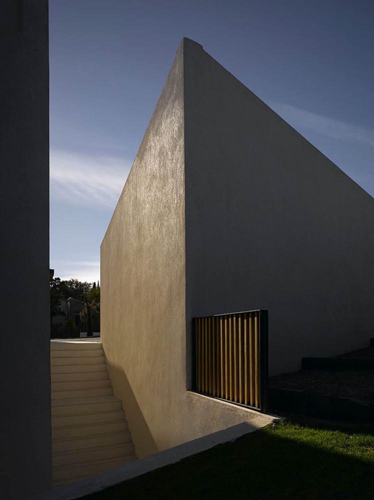 Массивные стены дома