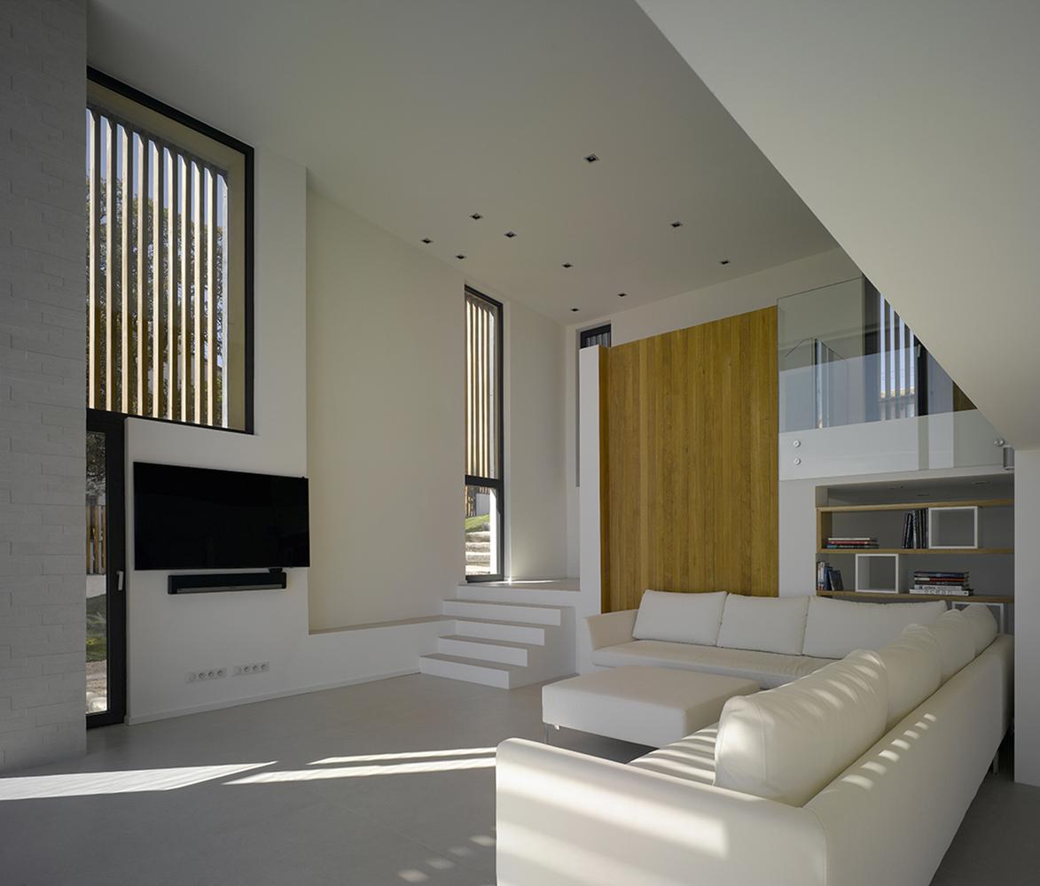 Угловой диван и телевизор в гостиной