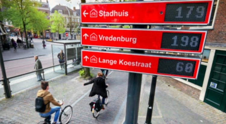 Video: Ciclovías de Utrecht avisan dónde hay biciestacionamientos disponibles, P-route en Utrech, Países Bajos. Fuente: Ayuntamiento de Utrecht.