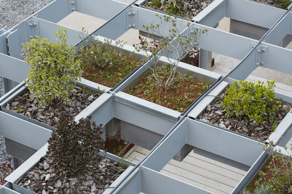 Modular units create a raised garden screen in this structure in spain archdaily - Casa de estructura metalica ...