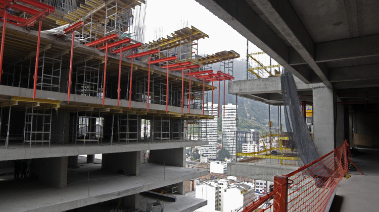 Avance de la construcción de uno de los puentes que conectarán ambas torres. Image © Nicolás Valencia
