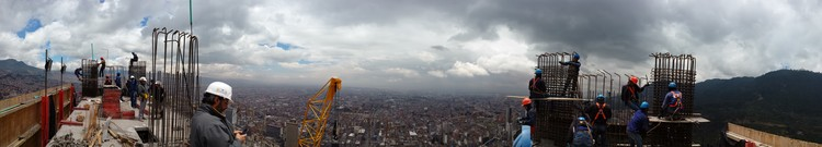 Panorámica de Bogotá hacia el occidente desde el piso 67 de la Torre Sur. Image © Nicolás Valencia