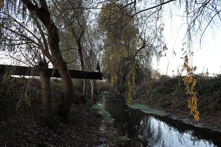 """Paisaje y Arquitectura: """"Escaño de Agua"""" la reconversión de un borde abandonado en Curicó, Chile, Cortesía de Italo Cervela"""