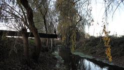 """Paisaje y Arquitectura: """"Escaño de Agua"""" la reconversión de un borde abandonado en Curicó, Chile"""