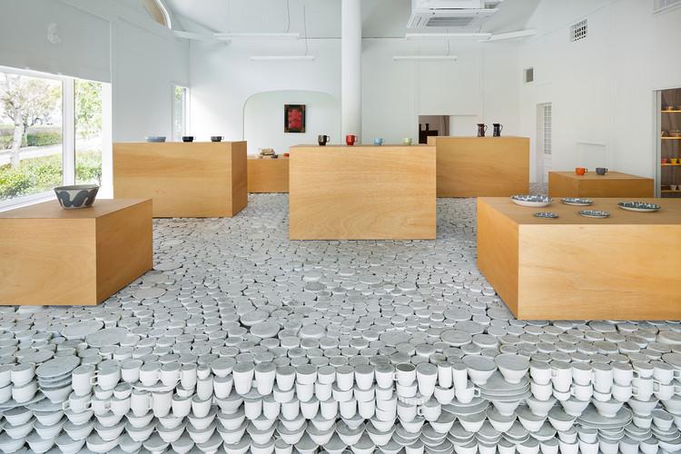 Tienda de cerámica Maruhiro - Hasami / Yusuke Seki, © Takumi Ota