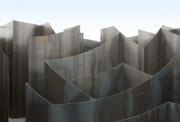 Gijs Van Vaerenbergh crea una instalación laberíntica en el Centro de Artes en Genk, © Filip Dujardin