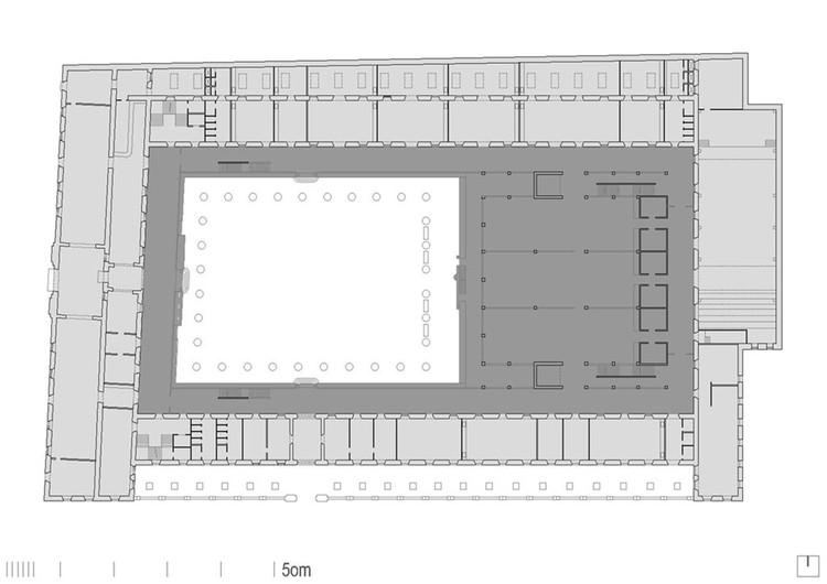 Planimetría de la Facultad de Bellas Artes de Pontevedra (César Portela, 1990). En gris claro la preexistencia, en gris oscuro lo añadido. Image © Proxecto ARGA