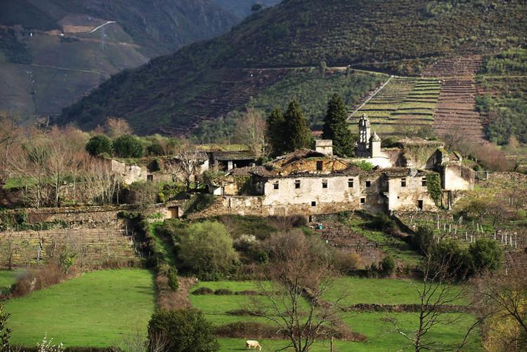 Monasterio de San Paio de Abeleda (Castro Caldelas, Ourense) en noviembre de 2013.. Image © Jesús Rabiespierre